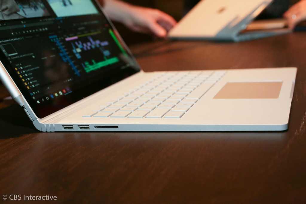גם החיבורים ב-Surface Book לוקים בחסר - רק זוג חיבורי USB 3.0, חיבור Mini DisplayPort וחריץ לכרטיסי SD. כל מי שיזדקק ליותר מכך ידרש לרכוש את אותו תוסף שולחני קומפקטי כמו ב-Surface Pro 4, בעלות של 200 דולר נוספים מקור: cnet.com