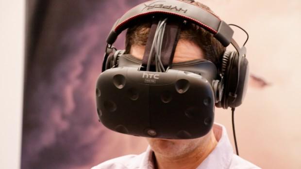 העיצוב והמימדים שופרו, אך החדשות הטובות הן שאתם עדיין נראים קצת כמו רובוקופ כשאתם מרכיבים את משקפי ה-Vive Pre