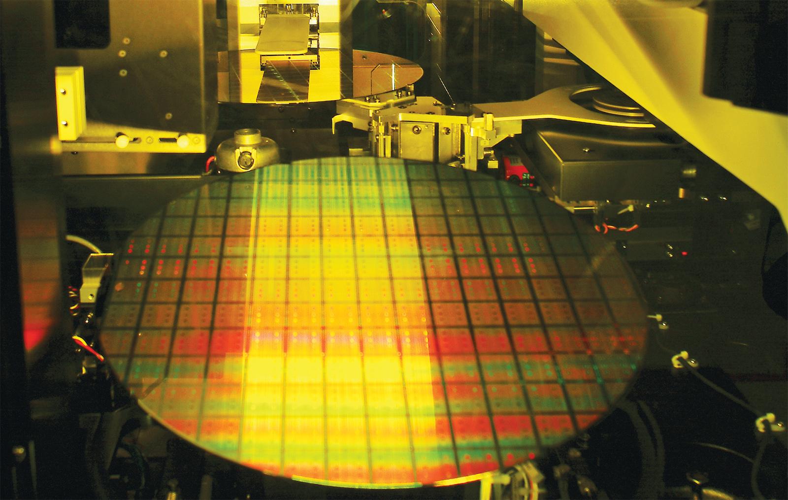 Photo of עידן חדש: החל ייצור המוני של שבבים בטכנולוגיית 7 ננומטר