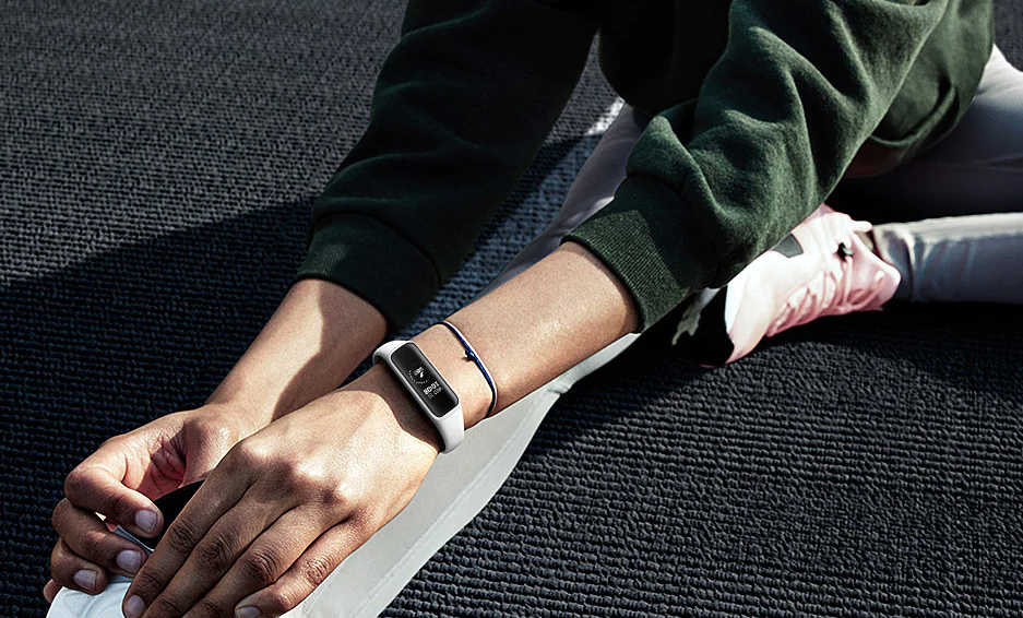 Photo of continues to wink at the masses: Samsung introduces a super cheap fitness bracelet